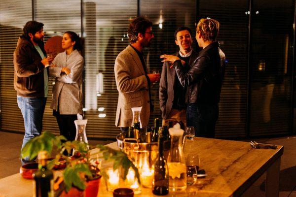 До чого сняться гості і що означає бути гостем у сні — тлумачення з популярним сонникам